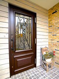 アンティーク玄関ドアを使った住宅施工事例|アンティークドアが印象的な玄関