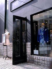 アンティーク玄関ドア施工事例|シャープな印象のアパレルショップ