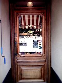 アンティーク玄関ドア施工事例|料理も外観も忠実に再現された古き良きビストロ