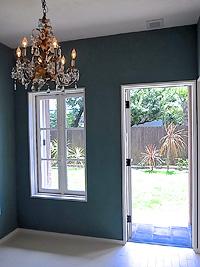 アンティーク建具施工事例|白いフレンチ窓と玄関ドアで叶えた心地よい空間